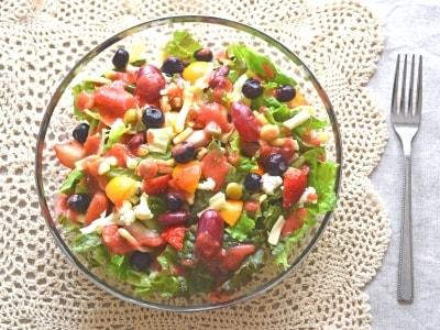 フルーツを取り入れた華やかなチョップドサラダ
