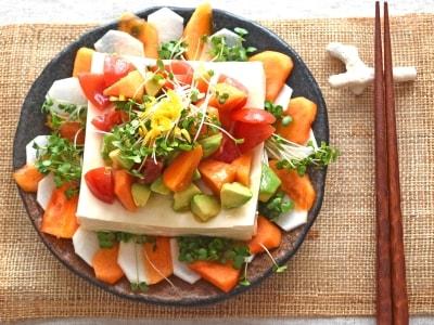野菜と豆腐と果物で、ボリュームたっぷりパワーサラダ