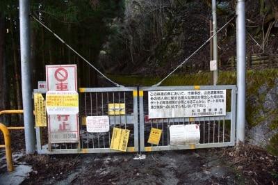 山に行くと、イノシシや鹿対策のゲートをよく見かけますが、このゲートはかなり頑丈そう。ゲートの脇を抜けて奥へ進みます