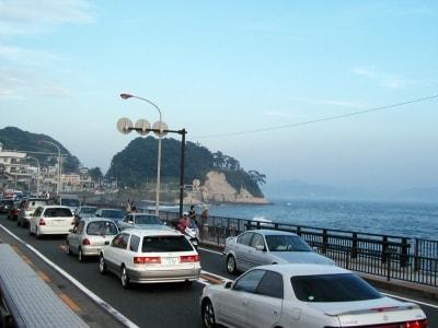 夏の海辺の国道の渋滞