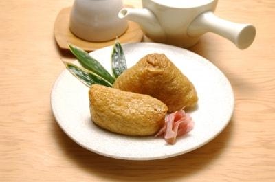 東西で違ういなり寿司。東日本は米俵に見立てた俵型、西日本はキツネの耳に見立てた三角形