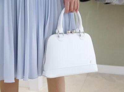 白の小さめバッグはひとつ持っておくと便利。