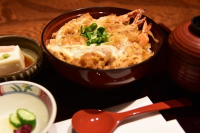 『峰本』の「鎌倉丼」。胡麻豆腐、香の物、お椀がついて1300円