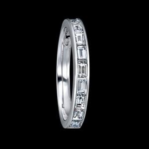 個性的なバケットカットのダイヤをレール留めで。BEAULAC7(ビューレック)(画像:エクセルコダイヤモンド)