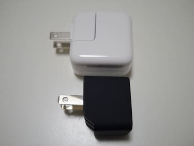 付属の充電器と小型充電器の大きさ比較