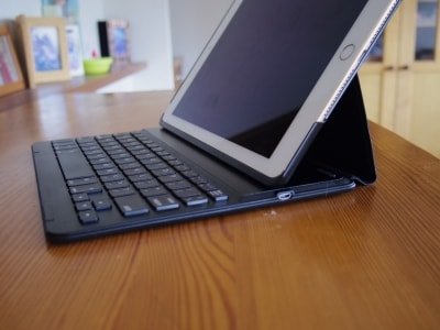 iPadでケース一体型キーボードを使う様子