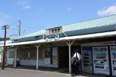 JR内房線の保田駅。東京駅から保田駅までは約2時間だが、保田駅に停車する普通列車は1時間に1本。土曜・休日は新宿発の特急「さざなみ」も利用可能