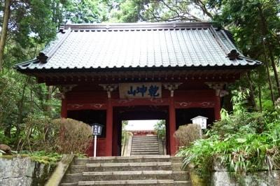 朱色の仁王門の内部には、慈覚大師昨とされる仁王像が安置されている