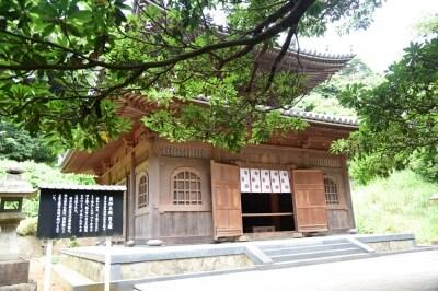 平成19年に再建された「薬師堂医王殿」。昭和14年の焼失前には、源頼朝による医王殿の扁額が掲げられていたそうだ