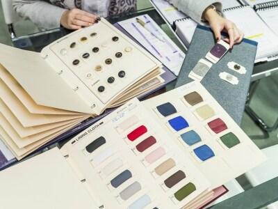 裏地やボタンの見本。生地の色などからオススメを絞ってもらうことも可能。