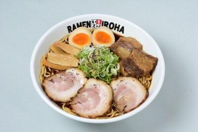 【富山】富山ブラック/牛×豚W肉盛り味玉らーめん(富山ブラック麺家いろは)