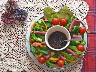 Xmasの食卓を彩るローストビーフ入り野菜リースサラダ