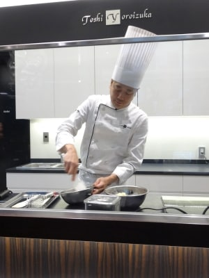 「トシ・ヨロイヅカ東京」の実演ブースで仕上げられる「ピュイ・ダムール」