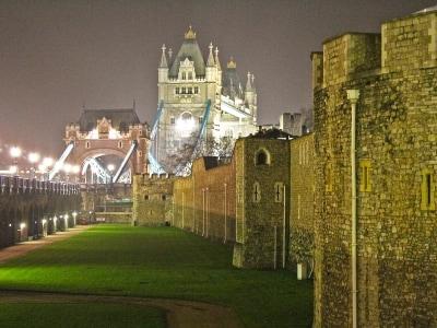 ロンドン塔の外堀とタワー・ブリッジ