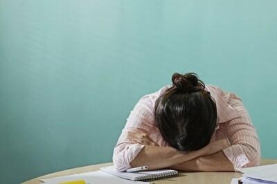 机で寝ている女性
