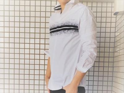 カジュアルシャツの魅力を引き出す着こなしは、「重ね着より一枚で着るスタイルにある」と考える。