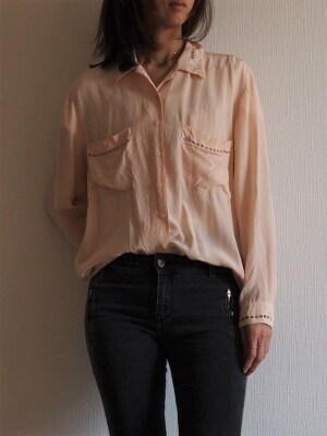 とろみ素材のシャツは一枚でもサマになるので使える