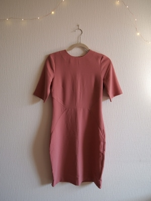 フレアではないIラインシルエット&袖が長めのデザインはコンサバになりすぎずシャープな印象に
