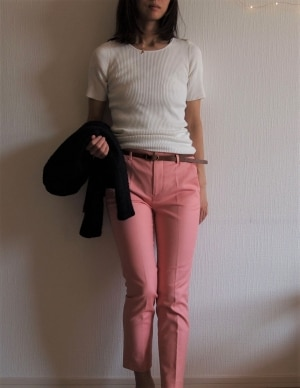 サーモンピンクはモノトーンなど混じり気のない色を合わせて着るとスッキリ見えます