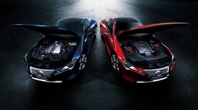"""左:LC500h""""Spackage""""(ディープブルーマイカ)、右:LC500(ラディアントレッドコントラストレイヤリング)"""
