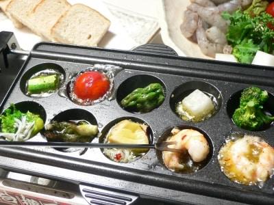 たこ焼き器で楽しむ、エビと野菜のアヒージョ