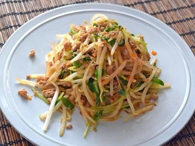 もやしと豆苗で作る、麻婆味の炒め物