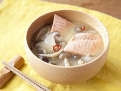 具がおかずに!秋鮭ときのこのピリ辛味噌汁の作り方