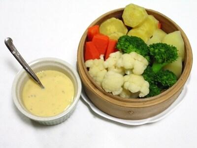 季節の蒸し野菜アイオリソース添え