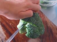 ブロッコリーを茎ごと切り分ける