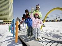 総延長72mのスノーエスカレーターもある安比高原スキー場のキッズエリア。09-10シーズンは「APPIスポンジ・ボブキッズパーク」にリニューアルでますます楽しく雪と遊べる。