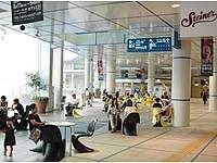 オープンエアの開放感が地下とは思えない「オアシス21」。広場をぐるりと囲んで飲食店や物販店がある