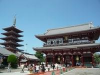 浅草寺の山門「宝蔵門」。火災で何度も再建され、こちらは昭和39年に完成したもの