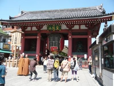 参拝客は国際色豊か!浅草寺・雷門前はいつ行っても記念撮影の大人気スポット。6時間コースはここからスタート!
