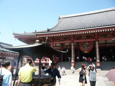いよいよ「浅草寺」の本殿へ。反り返っている急な勾配の屋根が特徴です。お線香の煙をかぶっていざ参拝!