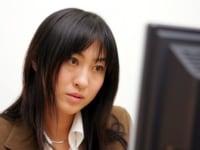 パソコンの前に座る女性