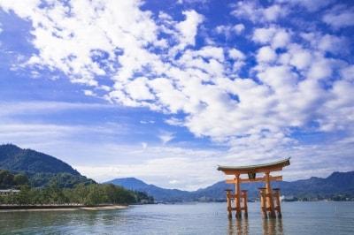 宮島は瀬戸内海西部、広島湾の北西部に位置する