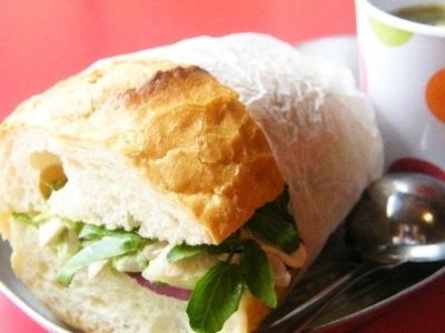 蒸し豚サラダのサンドイッチべんとう