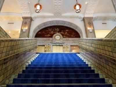 ホテルニューグランド本館の大階段。階下から見上げる気品ある姿は、歴史と伝統を感じさせてくれます(2016年10月3日撮影)