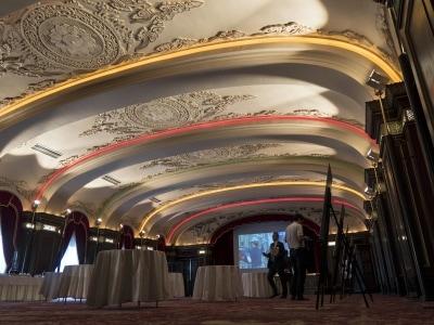 レインボーボールルームの天井レリーフは、当時の漆喰職人が手がけた最高傑作。最新技術を駆使し、耐震補修が施されました(2016年10月3日撮影)