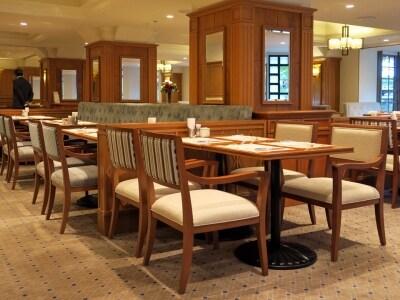 本館1階コーヒーハウス「ザ・カフェ」は山下公園の緑や光が感じられる空間に(2016年10月3日撮影)
