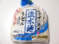 流水麺(細うどん)を水でほぐす