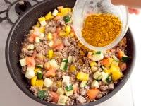 カレー粉などを加え蒸し煮にする