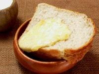 ライ麦パンの上に流す