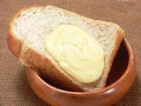 パンの上に溶かしたチーズをのせる