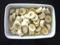 バナナを冷凍庫で凍らせる。