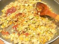 野菜を入れて炒めて調味する