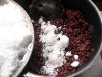 砂糖を3回に分けて加えて、ヘラで混ぜながら煮る