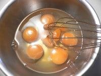 卵を溶きほぐす