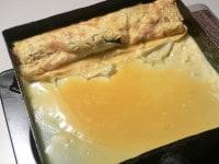 巻いた卵を向こう側に押しやって卵液を流し入れる