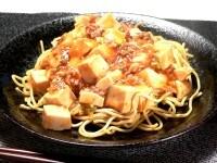 焼きそばにマーボー豆腐をかける